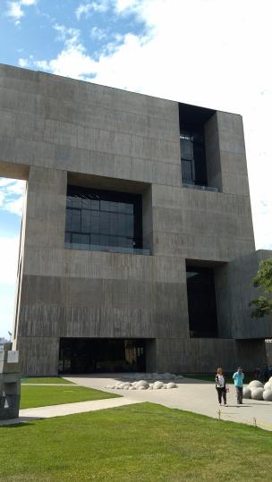 La rigida geometria alterna grossi volumi in cemento armato a vista con grandi bucature