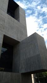 Gli sbalzi dei volumi in cemento armato e le terrazze formano degli interessanti effetti di chiaroscuro