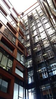gli ascensori nel cavedio centrale
